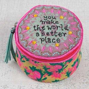 """Μπιζουτιέρα υφασμάτινη Natural Life """"World Better Place"""", κοσμηματα, οργανωση κοσμηματων, kosmhmata, δωρο για την μαμα, κοσμηματοθήκη, μπιζουτιερα, διακοσμητικα σπιτιου, κουτι, παιδικα παιχνιδια, κουτια αποθηκευσησ, γυναικεια αξεσουαρ, δωρο χριστουγεννων, χριστουγεννιατικα δωρα, δωρα, πρωτοτυπα δωρα, δωρα γενεθλιων, ιδέεσ για δώρα γενεθλίων, dwra, δωρα για φιλεσ, τι δωρο να παρω, χειροποιητα δωρα, τι δωρο να παρω στην κολλητη μου, natural life, natural life greece, BAG209"""