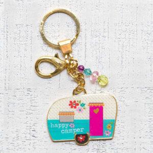 """Μπρελόκ """"Happy Camper"""" Natural Life, μπρελοκ, κλειδια, διακοσμητικα, μπρελοκ για ζευγαρια, μεταλικα, κρεμαστα, brelock, μπρελοκ κλειδιων, μπρελοκ αυτοκινητου, δώρα, κλειδοθηκη, μπρελοκ για κλειδια, εξυπνα, χειροποιητα μπρελοκ, μπρελοκ κλειδιων αυτοκινητου, mprelok, κρικοι για μπρελοκ, δωρα, δωρο πασχα, πρωτοτυπο, δωρο χριστουγεννων, δωρα χριστουγεννων, δωρα γενεθλιων, χριστουγεννιατικα δωρα, πρωτοτυπα δωρα, δωρα για το σπιτι, τι δωρο να παρω στην κολλητη μου, χειροποιητα χριστουγεννιατικα δωρα, δωρα γενεθλιων για φιλη, το καλυτερο δωρο, ιδέεσ για δώρα γενεθλίων, natural life, natural life greece, KC134"""