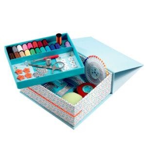 Design Κουτί ραπτικής, χειροτεχνίες, χειροτεχνίες για παιδιά, κατασκευές, καλλιτεχνικά, εκπαιδευτικά παιχνίδια, ζωγραφική, ζωγραφιές, παιδαγωγικά, εκπαιδευτικά, παιδαγωγικά παιχνίδια, καλλιτεχνικά, παιχνιδια, πεχνιδια, paixnidia gia koritsia, παιχνιδια για αγορια, paixnidia gia agoria, παιχνιδια για παιδια, παιδικα παιχνιδια, djeco, djeco παιχνίδια, djeco παζλ, djeco online shop, παιχνίδια djeco αθήνα, djeco θεσσαλονικη, djeco 09826