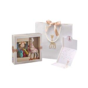 Sophie la girafe Σετ δώρου Sophiesticated με την Σόφι και κουδουνίστρα καρδιά, κουδουνίστρα, κουδουνίστρες, koudounistra, koudounistres, αξεσουαρ καροτσιου, παιχνιδια φροντιδα, παιχνιδια με μωρα φροντιδα, βρεφικα παιχνιδια, μασητικά, μασητικα, οδοντοφυία, παιχνιδια οδοντοφυιας, βρεφικα, παιδικα αξεσουαρ, pexnidia, παιχνιδια, βρεφικά, βρεφικα, παιχνίδι, paidika paixnidia, παιδικά παιχνίδια, παιχνίδια παιδικά, βρεφικά παιχνίδια, sophie la girafe greece, σοφη η καμηλοπαρδαλη, σοφη η καμηλοπαρδαλη καταστηματα, sophie the giraffe, σοφη καμηλοπαρδαλη μασητικο, σοφη η καμηλοπαρδαλη θεσσαλονικη, σοφη η καμηλοπαρδαλη αποστειρωση, σοφη η καμηλοπαρδαλη τσαντα, βρεφικά είδη, βρεφικα ειδη θεσσαλονικη, ειδη μπεμπε θεσσαλονικη, ειδη μπεμπε στοκ, βρεφικα ειδη, δωρα για νεογεννητα, δωρο για νεογεννητο βαφτιστηρι, δωρο για νεογεννητο ανηψακι, τι δωρο πανε στο μαιευτηριο, πρωτοτυπα δωρα για μωρα 1 ετους, σετ δωρου για νεογεννητα, σετ μαιευτηριου, βρεφικα σετ, βρεφικα σετ δωρου, βρεφικα σετακια, βρεφικα σετ για κοριτσια, βρεφικα σετ για αγορια, Sophie la Girafe Sophisticated Classic Creation set 3 S000008