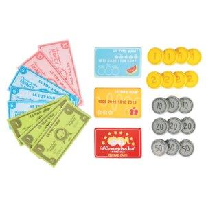 Συμπληρώστε το καλάθι αγορών σας και χρησιμοποιήστε νομίσματα, σημειώσεις ή πιστωτικές κάρτες για να πληρώσετε για τα είδη παντοπωλείου σας. Μην ξεχάσετε την πιστοτική σας κάρτα! Αυτό το σετ παιχνιδιού χρήματος είναι μια θαυμάσια προσθήκη στη συλλογή ρόλων της σειράς Honey από την εταιρεία Le Toy Van. Από την ηλικία των 3 ετών