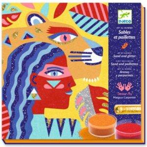 Σχεδίασε με χρωματιστή άμμο και γκλίτερ πρόσωπα και ζώα! Μια καλλιτεχνική τεχνική ιδιαίτερης ποιότητας και αισθητικής από την εταιρεία Djeco. Αφαίρεσε το κατάλληλο αυτοκόλλητο με το ειδικό εργαλείο και στην θέση του τοποθέτησε γκλίτερ η χρωματιστή άμμο με το αντίστοιχο χρώμα! Το υλικό που δεν θα χρησιμοποιηθεί μπορείτε να το φυλάξετε στο βαζάκι που υπάρχει στην συσκευασία για να το χρησιμοποιήσετε στην επόμενη κατασκευή σας. Το σετ περιέχει 12 βαζάκια με χρωματιστή άμμο, 4 βαζάκια με γκλίτερ, 5 σχέδια, ειδικό εργαλείο αφαίρεσης αυτοκόλλητων καθώς και έγχρωμο βιβλίο με οδηγίες. Κατάλληλο για παιδιά 6-11 ετών. Διαστάσεις συσκευασίας 23,5 x 23 x 4 εκ. ΑΦ  Ηλικία Από 6 μέχρι 11 ετών   Διαστάσεις Π240 x Y40 x Β240 χιλ.